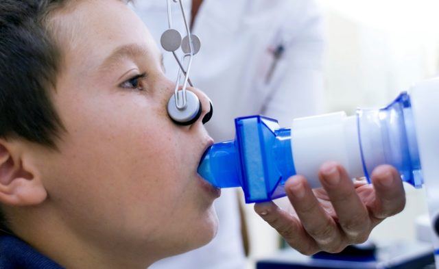 boy getting lung function test