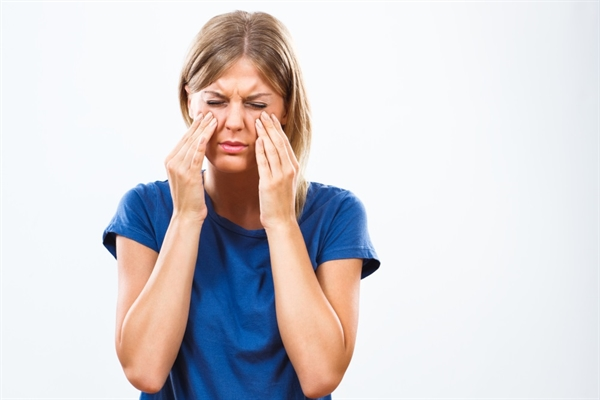 NAR causes symptoms similar to AR, regardless of NAR subtype, most commonly including postnasal drip, nasal congestion, runny nose, and sneezing.6,9 Patients with infectious NAR might also experience persistent facial pain or pressure, dysosmia, and cough. Patients with NAR typically do not have itchiness of the nose, eyes, or throat, which are hallmarks of AR.6,9 NAR symptoms can be intermittent, but they are usually chronic and present year-round. Symptoms are often initiated or exacerbated by a variety of triggers.